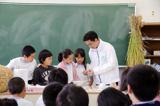 籾むき体験(ごはんパワー教室2013)